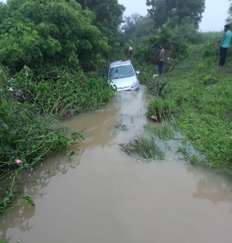 हिंगोली : औंढा नागनाथ येथे ओढ्याच्या पाण्यात अडकून पडलेली गाडी.